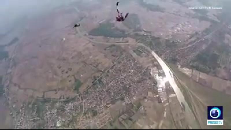 Le parachutisme devient de plus en plus une activité de divertissement populaire parmi les Iraniens - en particulier parmi les f