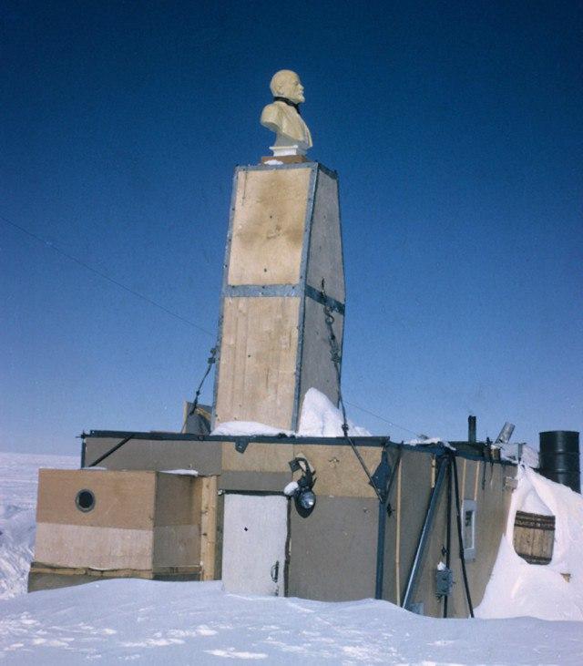QmSHO9EX1kI - Заброшенные дома в Антарктиде: наследие полярников