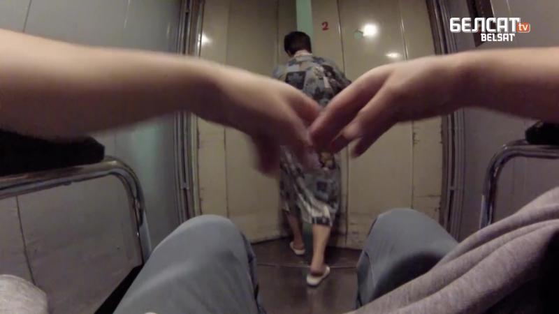 Эксперымент чалавек на інвалідным вазку купляе шкарпэткі ў ЦУМе