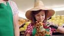 Egy ausztrál lány a zsiráffal megszagolgatja az almát