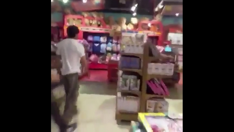 Srk clicked while shopping at hamleys store at Mumbai
