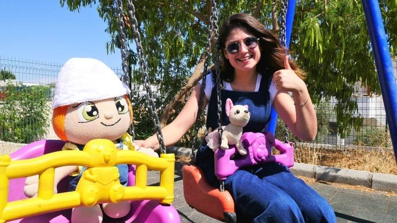 Ayşe oyuncak Loli ve Lili ile parka gidiyor!