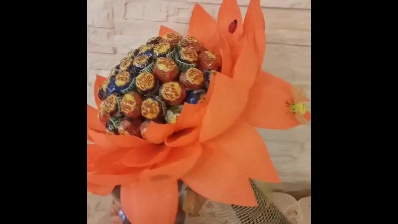 Вот такой вот цветок сделан на заказ. Состав: 50 чупсов, декаративные насекомые, ленты, сетка флористический материал.