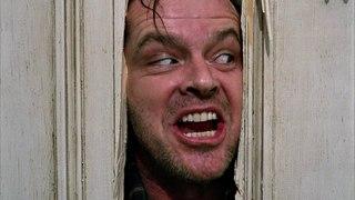Джек при помощи топора пытается попасть в комнату, где прячется его жена. Сияние. 1980