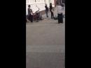 Уличный музыкант (Москва) исполняет песню В. Цоя «Закрой за мной дверь, я ухожу.»