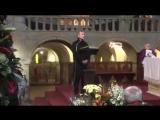 Il commovente saluto di Pupo allamico Artemio alla fine della celebrazione religiosa alla Pieve