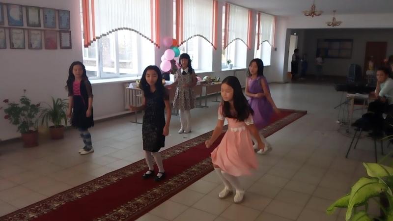 А это доча танцевала кажется на Осеннем балу. она в розовом.