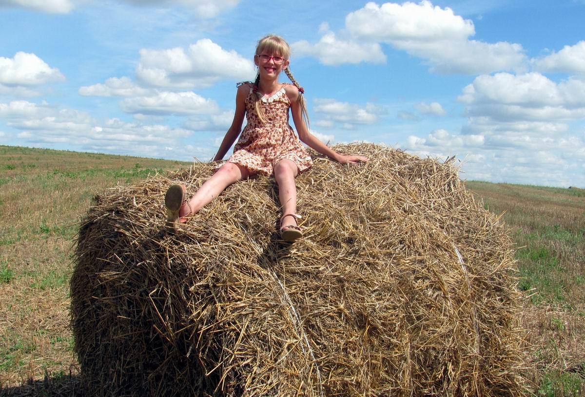 Хорошо в деревне летом прятаться в соломе