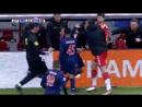 Футболист получил красную карточку, сидя на скамейке запасных