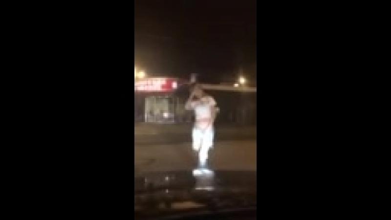 Танец девочки на улице под Каспийский груз Ты мой обнаженный кайф