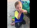 Сын Анны Седоковой на пляже