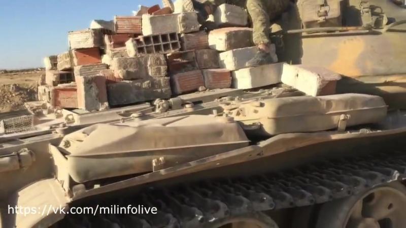 ❗️Эксклюзив Военного Осведомителя ❗️ Бойцы ВС РФ обустраивают свои позиции в Сирии, используя танк Т-62 для перевозки кирпича. [