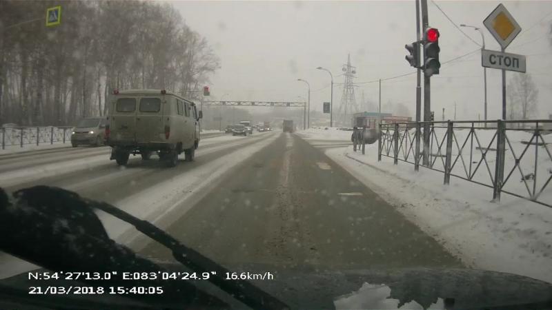 Буханка не может остановиться на светофоре в Бердске