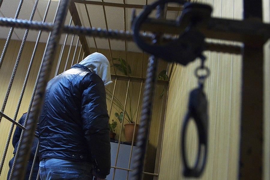 Под Таганрогом 44-летний мужчина повредил крышу магазина, проник в него и похитил продукты