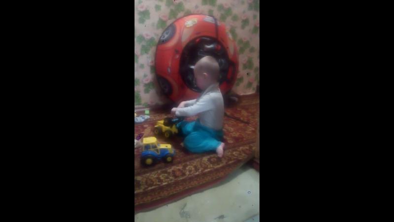 25.04.2018 Сашенька дома с тракторами. Но и с ватрушкой каждый день играет, роняет её и прыгает на ней. А сегодня она на нём
