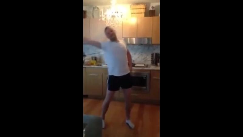 Мужик танцует Виагра-а я хочу перемирия