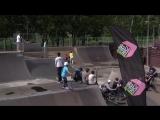 Мамаша в скейтпарке проходит обкатку коляски