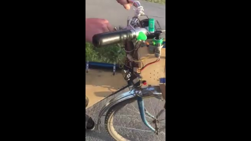 Изобретатель показывает свой велосипед