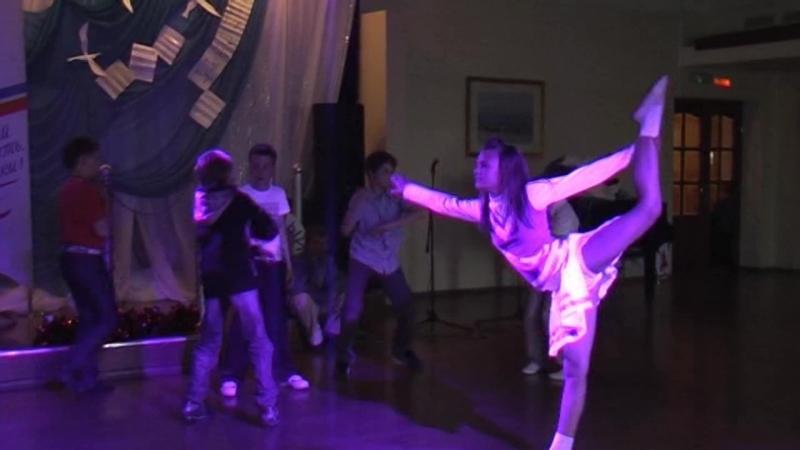 Бегущий по лезвию 2010 - вырезанная сцена репликанты из 5 школы отрываются в компании няшных голограмм под дикий дабчик