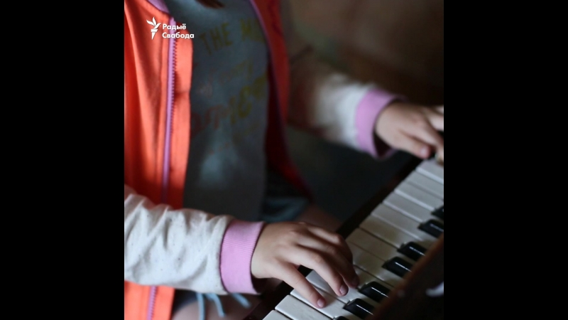 10-гадовая праўнучка Васіля Быкава грае на піяніна