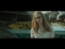 Дама в очках и с ружьем в автомобиле.2015
