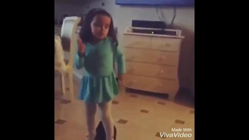 Маленькая девочка в маменых каблуках танцует