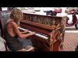 Бездомный подошел к фортепиано… и началось волшебство!