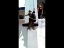 Italie un macaque Africain tente de copuler avec une statue