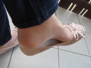 Девушка играет балеткой shoeplay ballet flats
