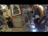 Космонавт летает на пылесосе