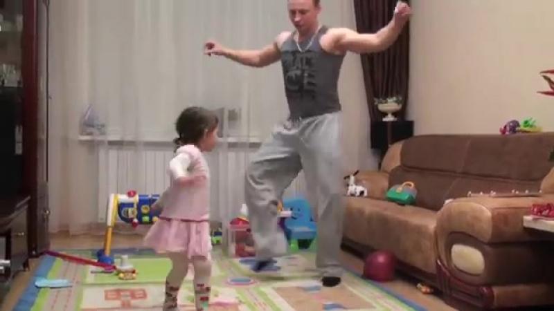 Папа играет и танцует с детьми