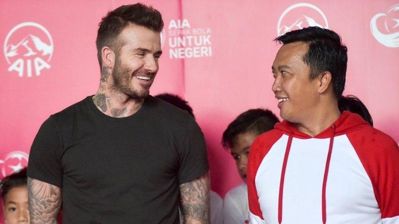 Дэвид Бекхэм привёз футбольные мячи юным индонезийцам