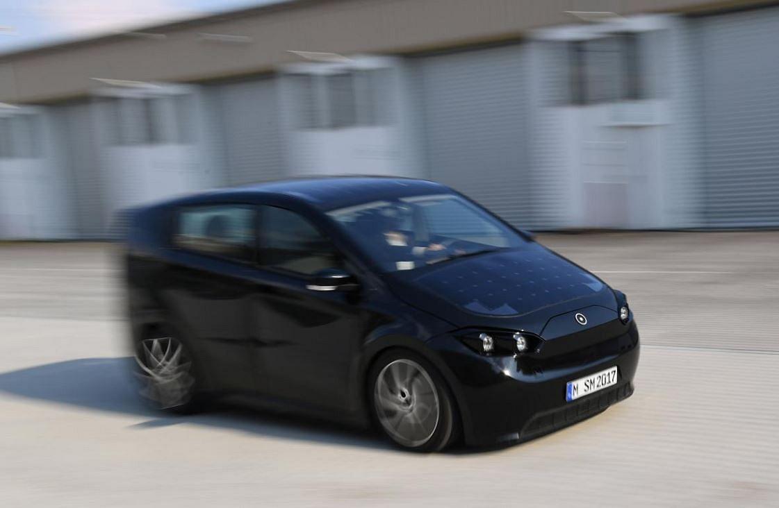 Электромобиль Sion заряжается без электросети.