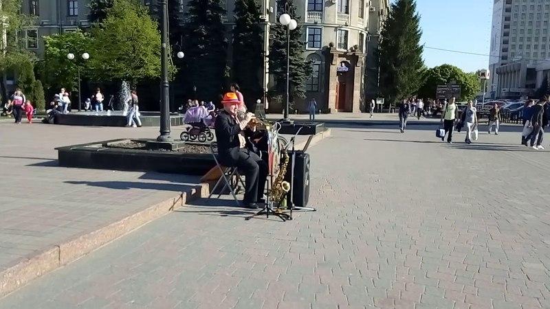 Харьков Южный вокзал привокзальная площадь. Игра на трубе (ost Бандитский Петербург)
