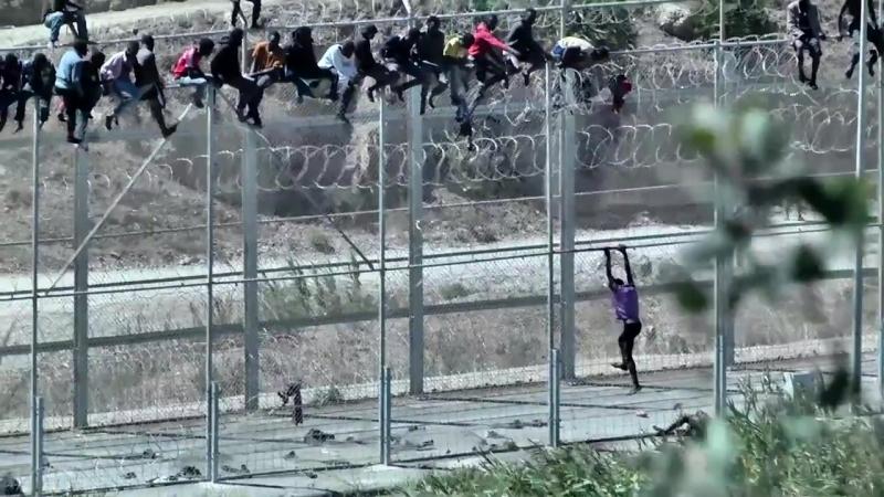 Cientos de inmigrantes tratan de pasar la frontera entre España y Marruecos