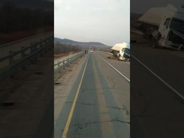 На трассе Хабаровск Владивосток грузовик влетел в леера водитель погиб