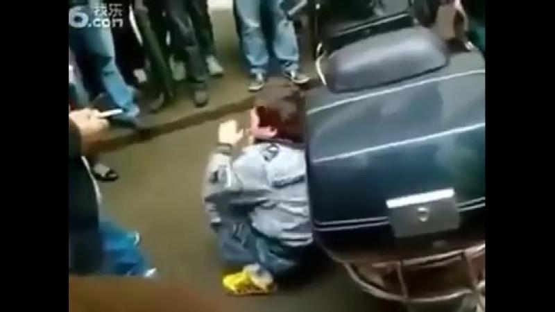 китайцы издеваются над ребёнком уйгуром