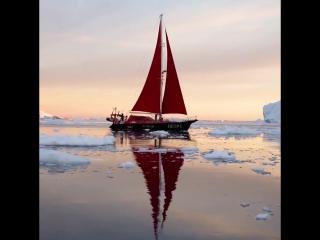 Красные паруса - айсберги - удивительный пейзаж - улыбаются люди. Это потрясающий видео ролик из Гренландии.