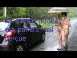 Covoiturage (deux filles toutes nues font du stop sur le bord de la route et des voitures sarrêtent)-SD