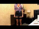 Взрослая женщина в коротенькой мини юбке