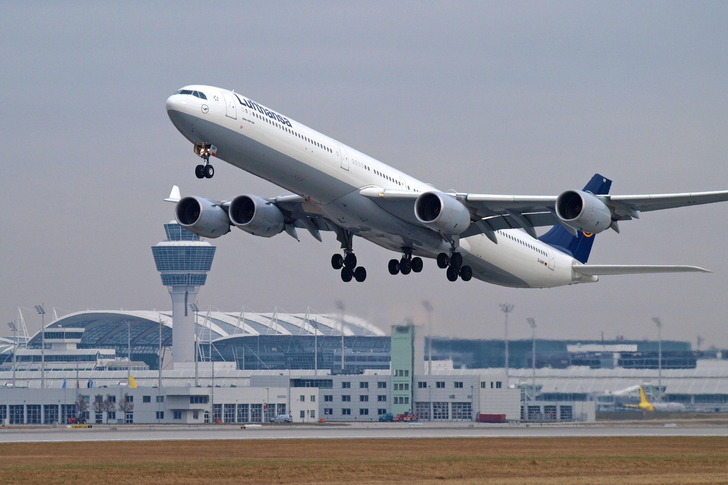 Взлет лайнера Lufthansa