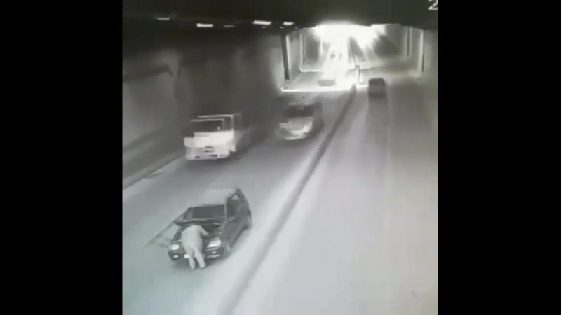 Остановился в туннеле на ремонт...