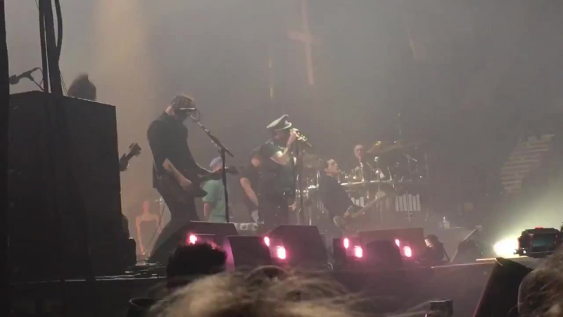 Marilyn Manson feat. Johnny Depp, The Beautiful People (Wembley Arena, December