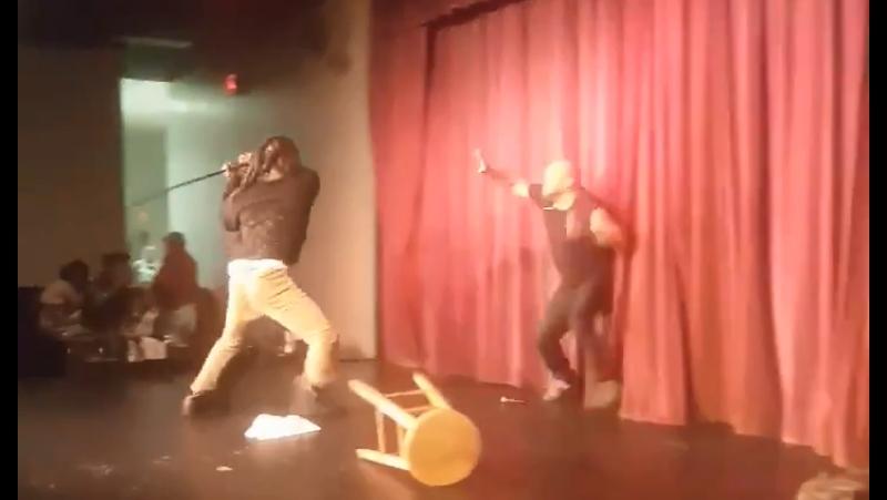 Фанат попытался убить комика Стива Брауна прямо на сцене. Драка