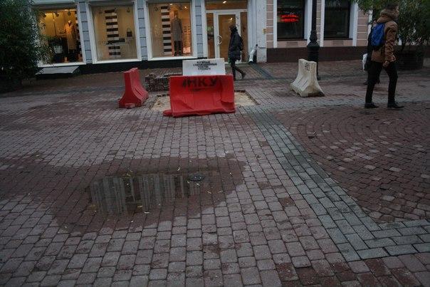 Состояние Покровской улицы: повсеместные лужи или выемки кирпича.
