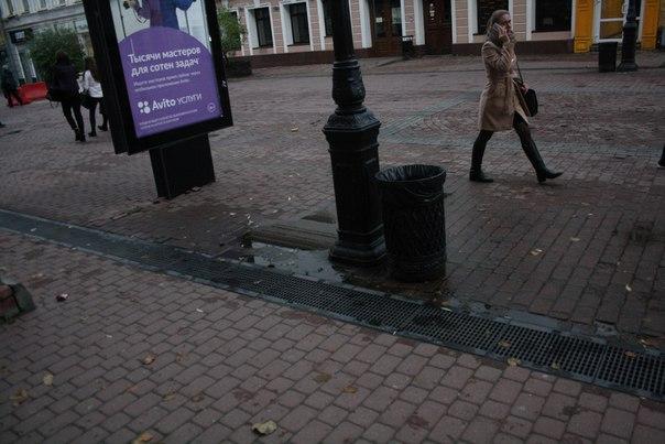 Состояние Покровской улицы: даже возле ливнёвки лужи просто стоят