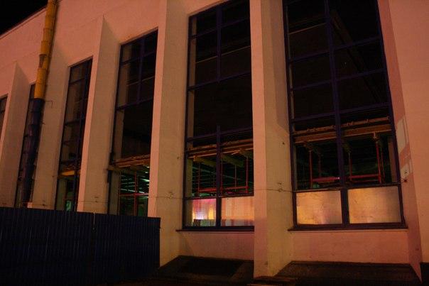 Ремонт здания вокзала: синий забор на месте.