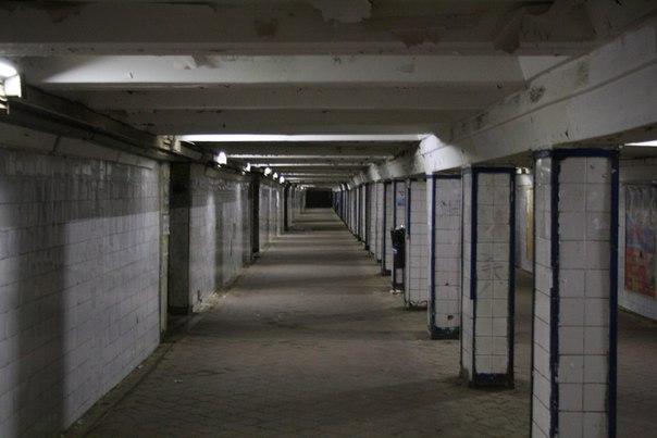 Подземные переход у Московского вокзала. Здесь не моют пол — кругом обилие пыли.