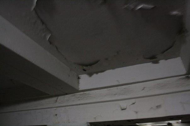 Облупленный потолок в переходе — полный отстой.
