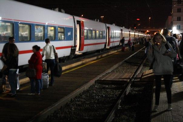 Стриж — фирменный поезд до Москвы подходит к деревянному перону.